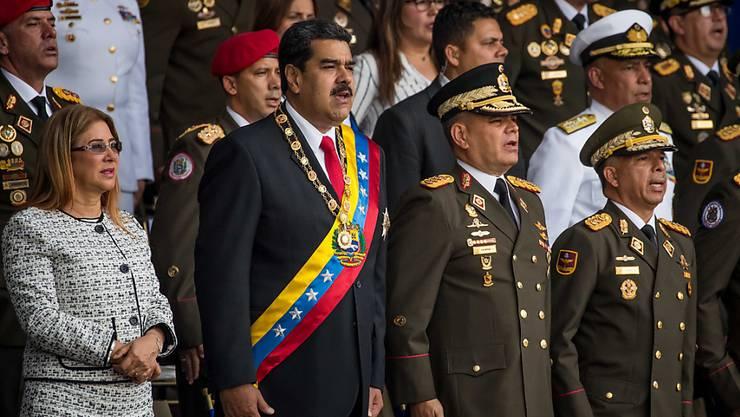 Der venezolanische Staatschef Nicolás Maduro (2. von links) hat eine Rede während einer Militärparade am Samstag abrupt abgebrochen.