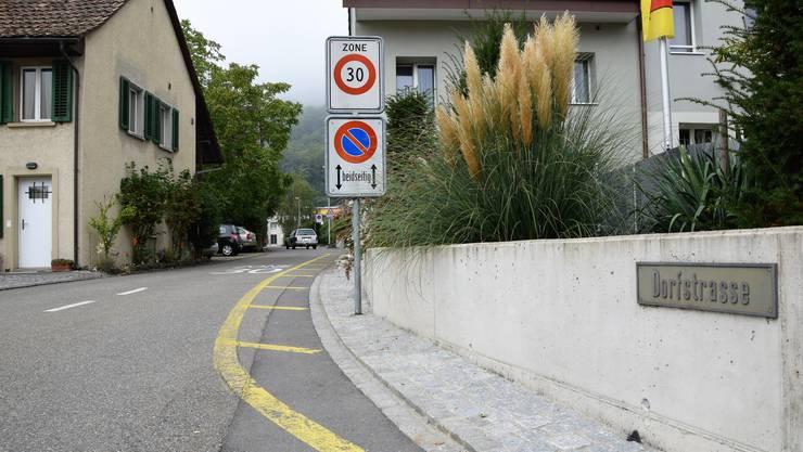 In den Morgen- sowie in den Abendstunden soll die Durchfahrt für Motorwagen und Motorräder auf der Dorfstrasse in Lauffohr künftig verboten sein.