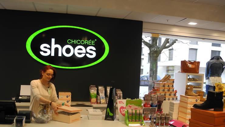 Nicht alle begrüssen die Chicorée-Shoes-Filiale. Doch das Geschäft läuft gut: Über 400 Paar Schuhe gingen am Eröffnungstag über die Theke. sar