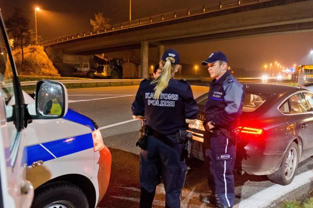 Präventive Patrouille der Kantonspolizei Aargau Nord (Brugg) mit den Gefreiten René Senn und Simone Huber in den Gemeinden Birr, Lupfig und Hausen.