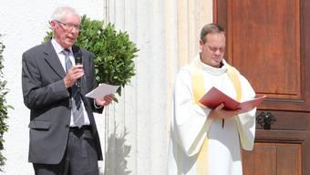 Kirchgemeindepräsident Kurt Stutz (links) und Pfarrer Kai Fehringer während der Einweihung vor der renovierten Stadtkirche. Sie kommen nicht mehr miteinander aus.
