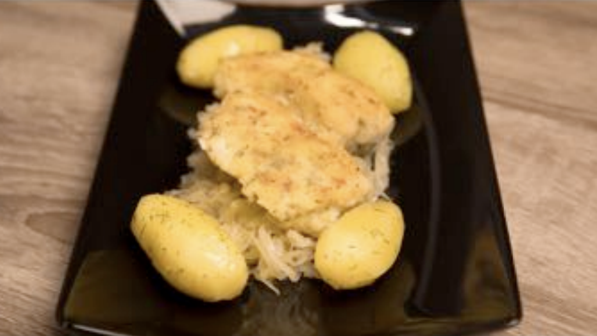 Kabeljau-Rückenfilet auf Sauerkraut mit Salzkartoffeln