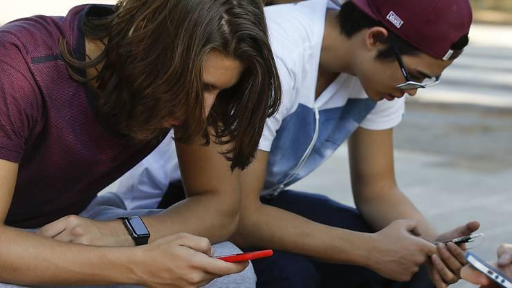 Jugendliche in Sao Paulo widmen ihre volle Aufmerksamkeit ihrem Smartphone: Brasilien hatte eine dreitägige Sperre des Nachrichtendienstes WhatsApp angeordnet. Ein Gericht verfügte nun, dass diese Blockade aufgehoben werden muss. (Symbolbild)