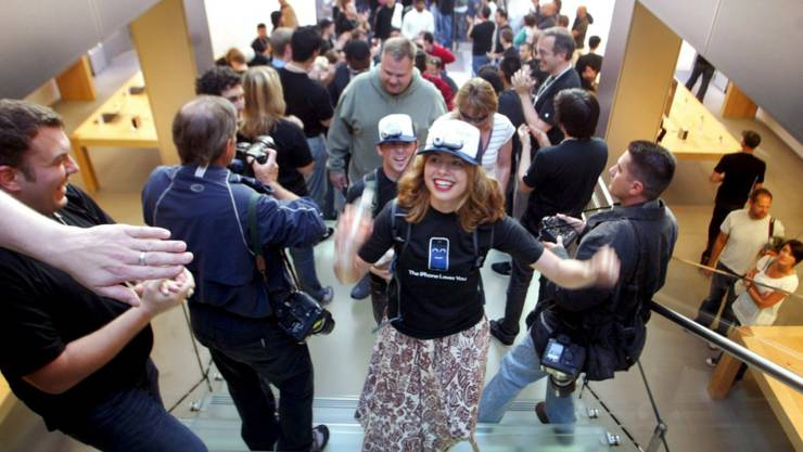 Am 29. Juni 2007 stürmten Kunden die Läden. Auf dem Bild ist eine Szene zu sehen aus einem Laden in San Francisco. Erst später gab es die iPhones auch in Europa. (Archivbild)