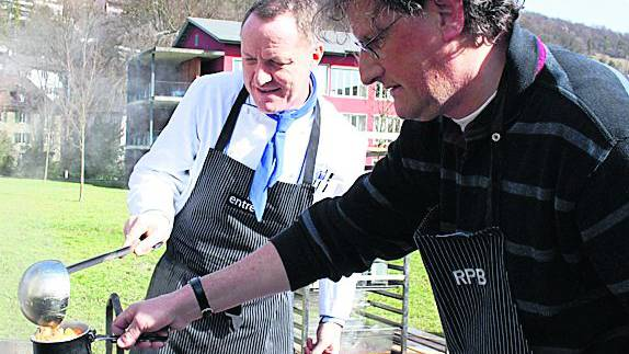 Nationalrat Geri Müller holt bei KSB-Küchenchef Josef Stalder eine weitere Portion ab.  Foto: Kel