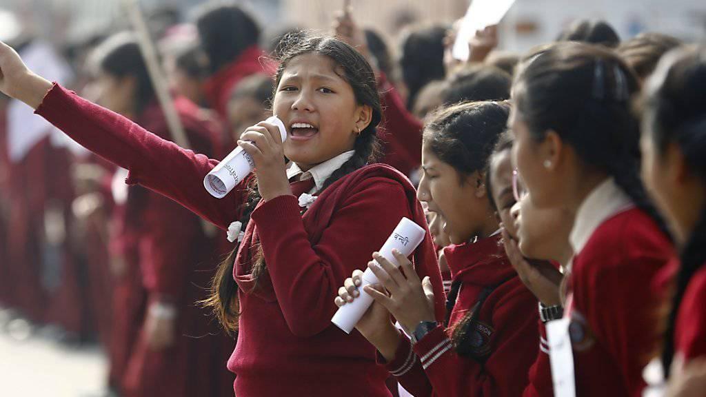 Diese nepalesischen Schülerinnen demonstrieren gegen die Blockade.