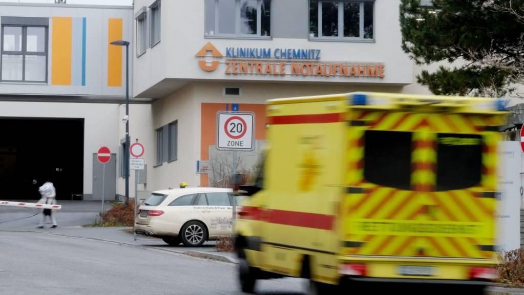 Ein Krankenwagen fährt vor der Einfahrt der zentralen Notaufnahme im Klinikum Chemnitz. Foto: Sebastian Willnow/dpa-Zentralbild/dpa