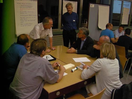 Auch Projektleiter Stephan Käppeli (stehend rechts) von der Hochschule Luzern will wissen, was diskutiert wird