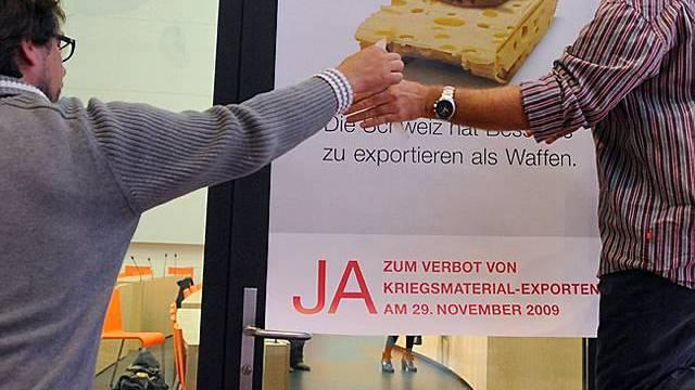 Gegner der Exporte hängen ein Plakat auf