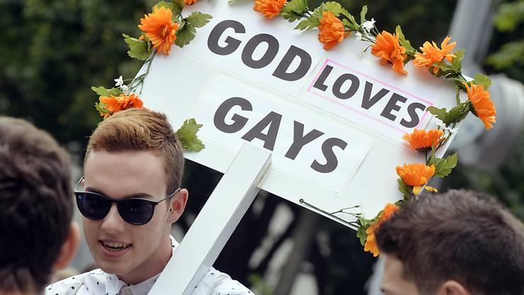 """Teilnehmer des """"Pride""""-Demonstrationsumzugs durch die Zürcher Innenstadt"""