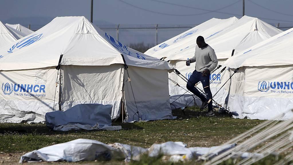 ARCHIV - Ein Mensch geht an den Zelten in einem Flüchtlingslager auf Zypern vorbei. Das EU-Mitgliedsland Zypern hat erneut ankommende Migranten zurückgeschickt. Foto: Petros Karadjias/AP/dpa