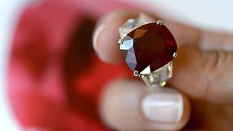 Der Luxusgüterkonzern hat im Sommer von den vielen Touristen in Europa und dem schwachen Euro profitiert. Im Bild ein Rubin- und Diamantring von Cartier. (Archivbild)