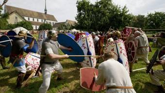 Jedes Mal ein Höhepunkt für die Zuschauerinnen und Zuschauer, wenn «Legionäre» die römische Kampftaktik demonstrieren   – hier im Kampf gegen «Germanen».