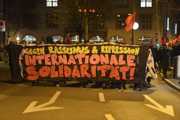 Die Demonstrantinnen und Demonstranten hätten sich weitgehend friedlich verhalten, teilte die Stadtpolizei Zürich mit.