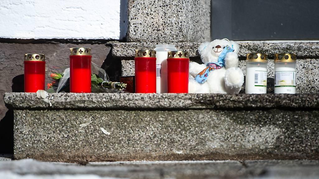 Kerzen und ein Teddybär stehen vor dem Haus an der Elberfelderstraße. Nach einem Brand am gestrigen Abend entdeckte die Feuerwehr fünf Leichen in dem Haus. Foto: Jonas Güttler/dpa