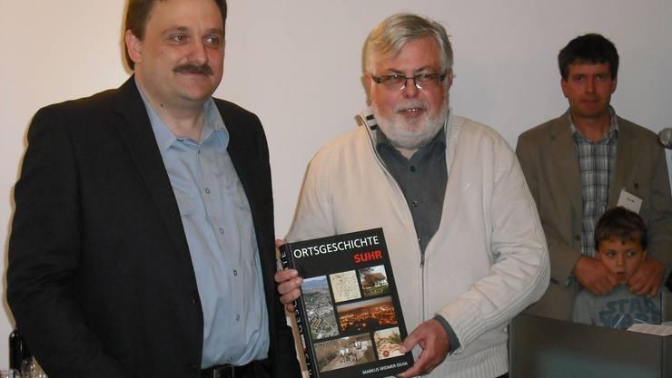 Historiker Markus Widmer-Dean (l.) mit dem Suhrer Gemeindeammann Beat Rüetschi. (Bild: fmü)