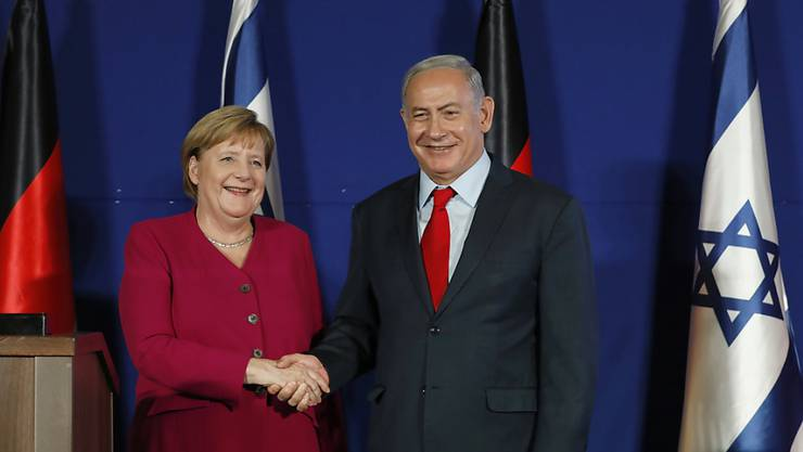 Entspannter als auch schon: Bundeskanzlerin Angela Merkel und Israels Premierminister beim Handshake während der gemeinsamen Medienkonferenz in Jerusalem.
