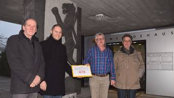 Gemeindeschreiber Stefan Wagner (zweiter von rechts) nimmt die Unterschriften entgegen von: Werner Rupp, Philipp Ammon und Andreas Anner (von links).