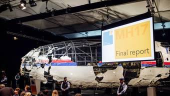 Der zusammengesetzte Rumpf des Flugzeugs an der Medienkonferenz zum Absturzbericht.