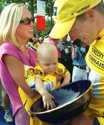 Lance Armstrong mit Trophäe von der Tour de France 2000, Frau Kristin und Sohn Luke