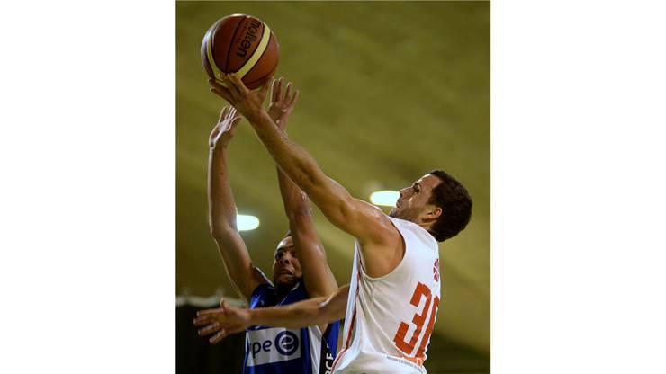 Solothurns Spielertrainer Nicolas Kofmel setzte sich gegen Olympics Nationalspieler Jonathan Kazadi durch.