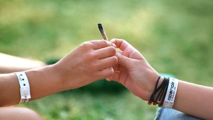 Eigentlich illegal, aber doch verbreitet: In den nächsten Jahrzehnten wird der Cannabiskonsum in der Schweiz einer Studie zufolge noch zunehmen. (Archivbild)