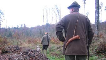 Jäger im Wald unterwegs (Symbolbild)