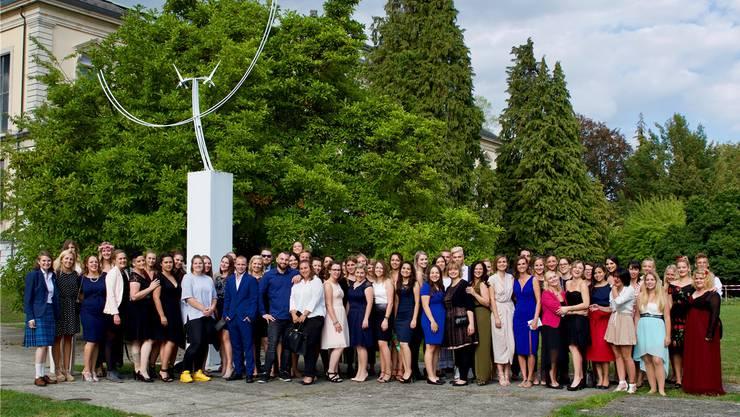 Zufriedene und vergnügte Gesichter im Solothurner Stadtpark am Rande der Diplomfeier.