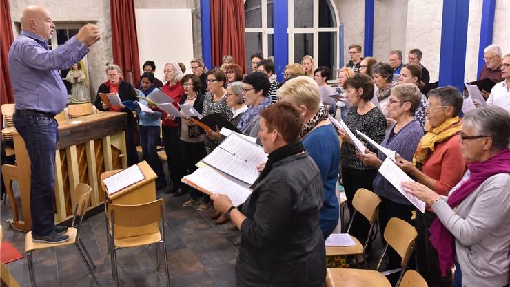 Armin Bachmann beim Proben mit dem Ad-hoc-Chor in der Pfarrschür in Wolfwil.
