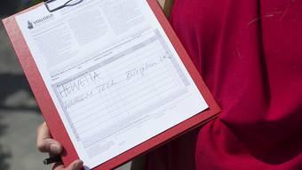 Auch Wilhelm Tell soll unterschrieben haben: Mit diesem Gag begannen die Befürworter der Vollgeldinitiative im Sommer 2014 mit der Unterschriftensammlung - nun sind sie offenbar am Ziel. (Archiv)