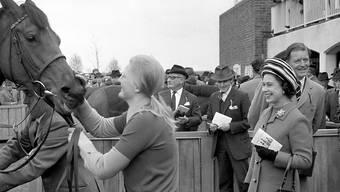 ARCHIV - Die britische Königin Elizabeth II. (r) beim «1000 Guineas» Pferderennen in Newmarket. Sie hat für einen Bericht im Magazin «Town  Country» die Namen ihrer Lieblingspferde aus den vergangenen sieben Jahrzehnten verraten. Foto: Pa/PA Wire/dpa