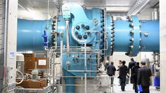 Gäste aus Politik und Wirtschaft betrachten am Tag der Einweihung die neue Kraftwerkszentrale der Forces Motrices Hongrin Léman (FMHL) in Veytaux im Kanton Waadt.