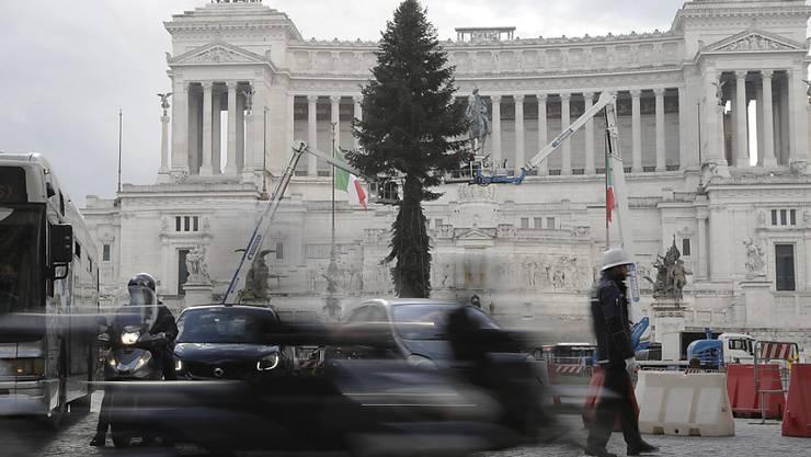 Zu Beginn der Weihnachtszeit ist die hohe Zahl der täglichen Corona-Neuinfektionen laut italienischen Gesundheitsexperten insbesondere in Anbetracht der bevorstehenden Feiertage und den damit einhergehenden Feierlichkeiten beunruhigend. Foto: Gregorio Borgia/AP/dpa