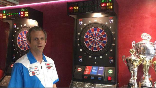 Schweizer Meister Marcel Hirzel erklärt, worauf man beim Darts achten muss