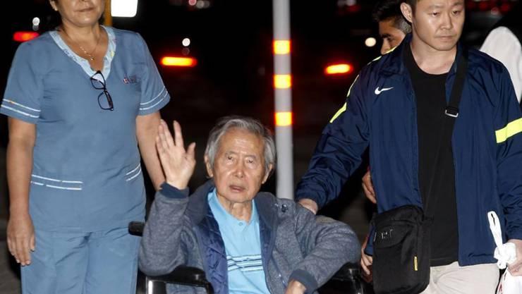 Der verurteilte frühere peruanische Staatschef Alberto Fujimori hat nach seiner Begnadigung das Spital in Lima als freier Mann verlassen.