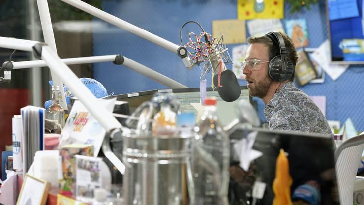 Nik Hartmann 2012 in der Glasbox von «Jeder Rappen zählt». Für private und öffentlich-rechtliche Radiostationen gelten andere Verordnungen.