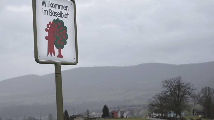 Seit 1983 begrüssen Schilder mit dem verschränkten Kirschbaum und Baselbieter Stab die Besucher im Landkanton.