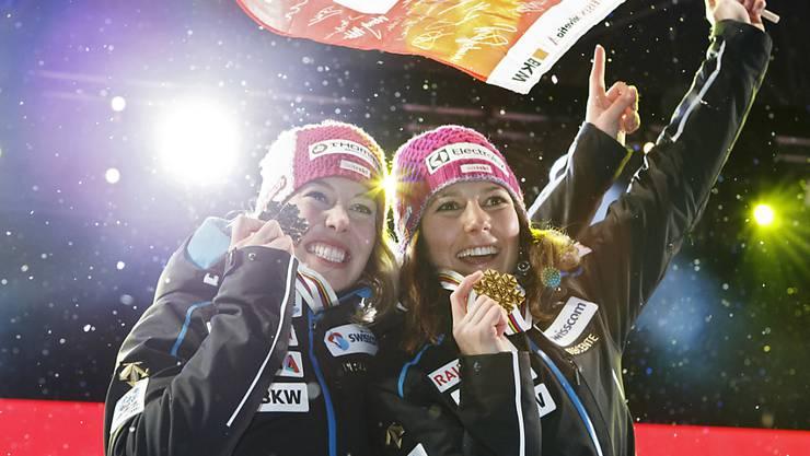 Die WM-Zweite Michelle Gisin (links) und Weltmeisterin Wendy Holdener nach der Medaillenvergabe