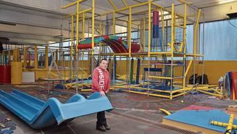 Nilpfi-Geschäftsführer Christoph Gerber, im Hintergrund sieht man den halb abgebauten Spielturm.
