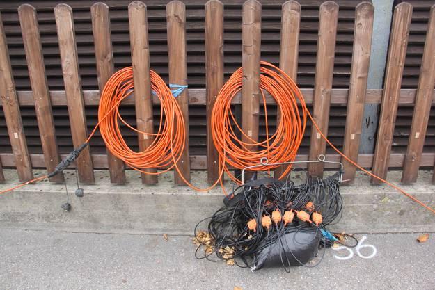 An der Aarauerstrasse in Brugg werden Kabel mit Geofonen für die seismische Messung durch die Nagra verlegt.