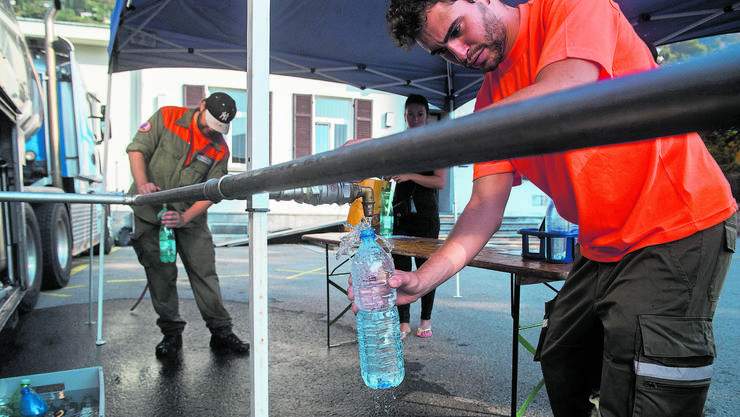 Zivilschützer füllen Flaschen für Anwohner ab, deren Trinkwasser verunreinigt wurde.