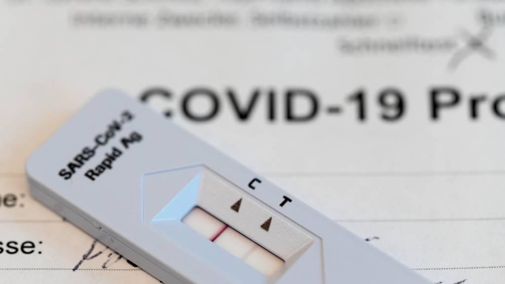Ein positives Testresultat (zwei Streifen) auf dem Teststreifen eines Covid-19 Antigen-Schnelltests. (Archiv)