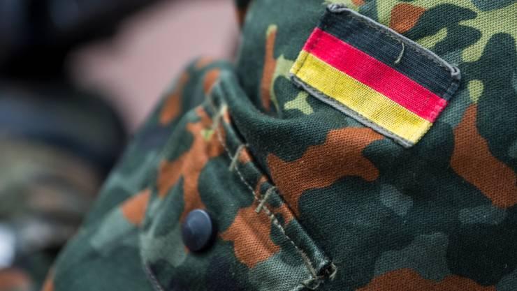 ARCHIV - Die Fahne von Deutschland ist auf der Uniform eines Soldaten aufgenäht, aufgenommen beim Tag der Bundeswehr. Foto: Monika Skolimowska/zb/dpa