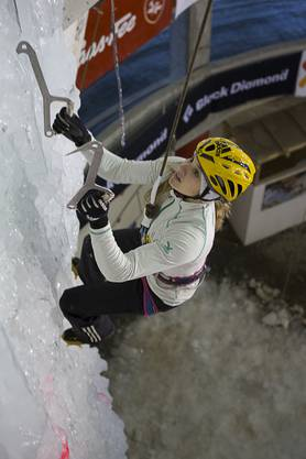 Die Bonstetterin Petra Klingler wird souverän Schweizer Meisterin im Lead- und im Speed-Eisklettern und gewinnt somit auch die Gesamtwertung des Swiss Ice Climbing Cup 2015