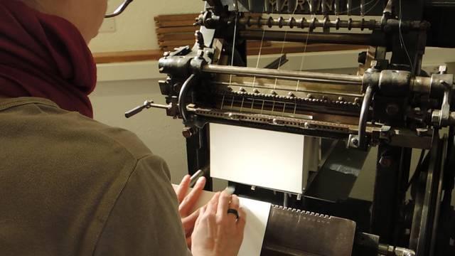 Isabel Wey bei ihrer Arbeit an der Fadebindemaschine.