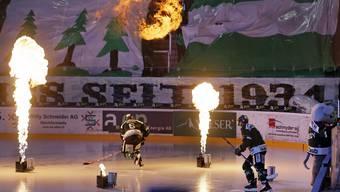 Eishockey Swiss League Playoffs EHC Olten - HC Thurgau: Feuerspekatkel beim Einlauf der Oltner. Eishockey Swiss League Playoffs EHC Olten