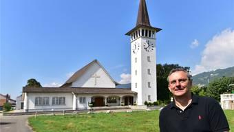 Mario Gaiser vor der Kirche, in der er 27 Jahre lang gearbeitet hat.