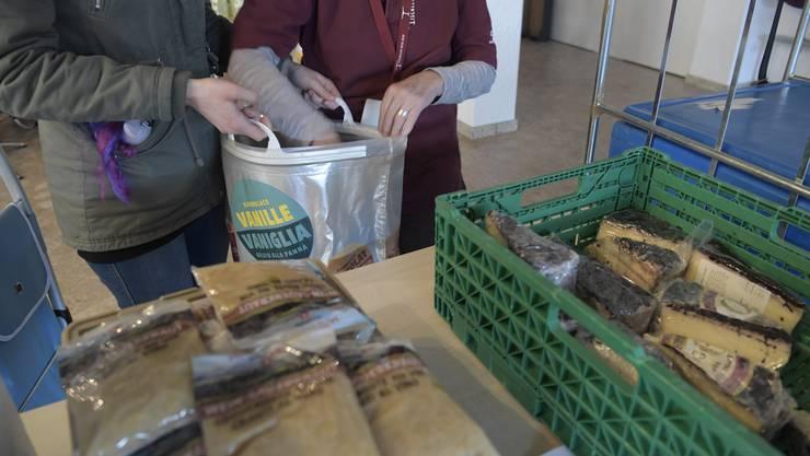 Abgabe von Lebensmitteln von Tischlein Deck Dich an Bedürftige jeden Freitag im Eusebiushof