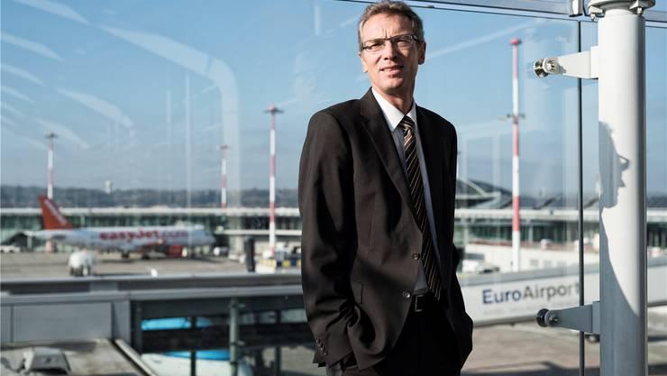 EAP-Direktor Matthias Suhr auf der Aufsichtsplattform des binationalen Flughafens – hier auf der Schweizer Seite.