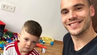 Spielen, spielen, spielen: Danilo Karanovic im Sepsi-Trikot neben Papa Goran.